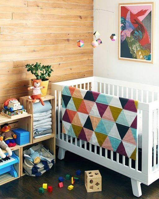 Caixotes de madeira na estante e lambri feito com forro de madeira na parede.