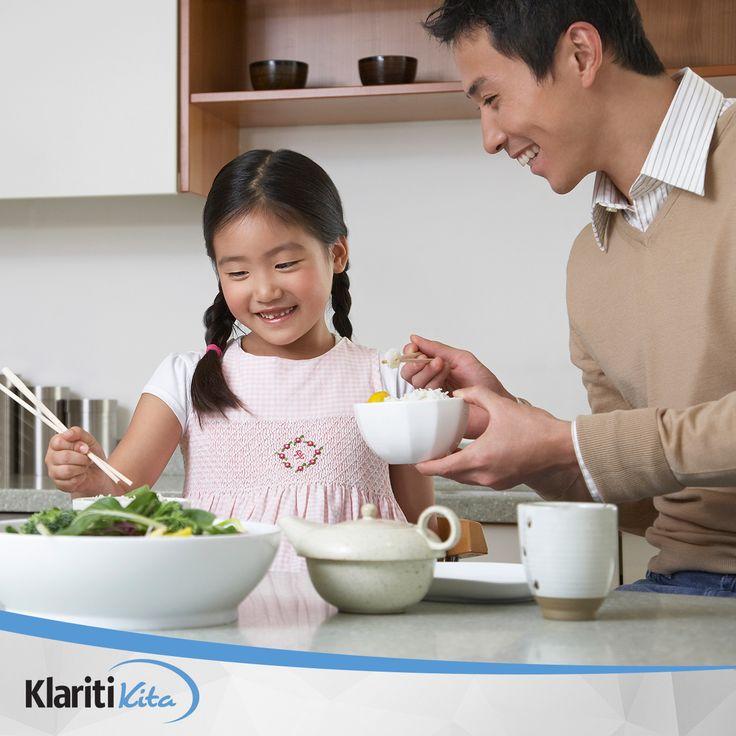 Mengajarkan anak untuk terapkan pola makan sehat sejak dini pastinya akan berdampak baik untuk masa depannya kelak. Ada beberapa cara yang dapat Anda lakukan untuk bantu anak terapkan pola makan sehat, silakan disimak.