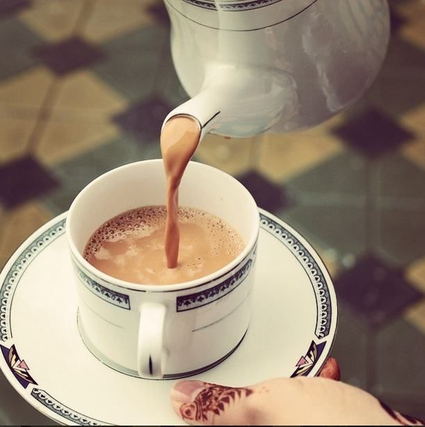 Chá no Qatar - O Karak chai, um chá forte servido com leite, é uma das bebidas preferidas deste país. Essa infusão é preparada através da mistura de chá preto com leite evaporado e açúcar, à qual se dá uma segunda fervura.