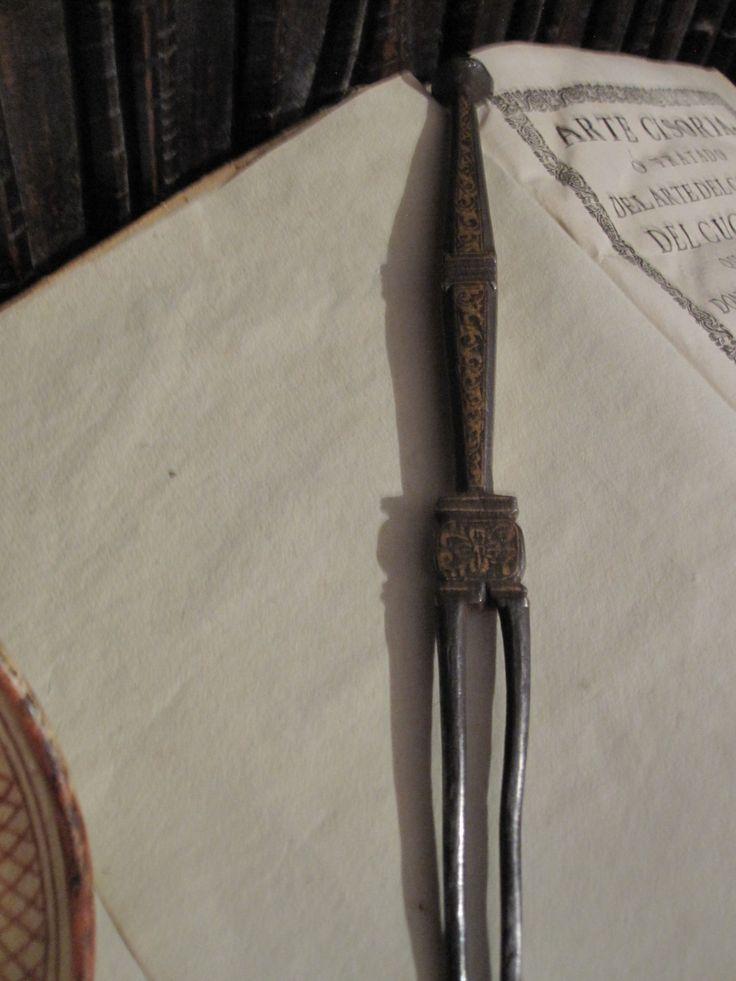 Tenedor en hierro con decoración damasquinada de atauriques. Trabajo Nazarí del siglo XV.