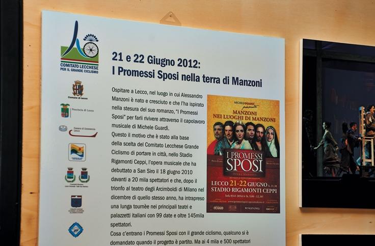 La mostra si articola in quattro sezioni, ciascuna delle quali dedicata ad un evento specifico: il Lombardia 2011, il Giro d'Italia 2012, i Promessi Sposi allo stadio e il Lombardia 2012