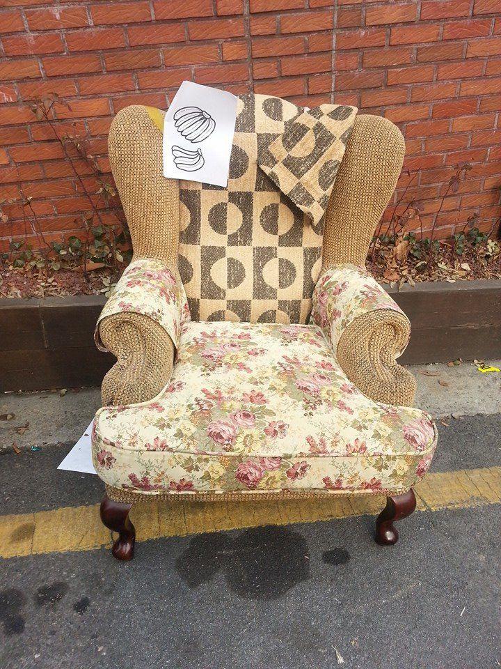 Polly Kim / 동네에 필요한 사람 가져가라며 누가 내놨는데. 매우 훌륭하고 멀쩡한 의자다! 집어갈까... 옮기려면 장정 2명은 있어얄 듯. / #골목 #가구 / 2014 01 08 /