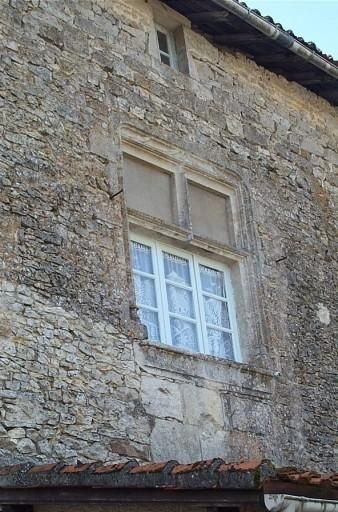 1° corps de logis, façade intérieure, fenêtre à meneaux, Château de Champagne-Mouton.