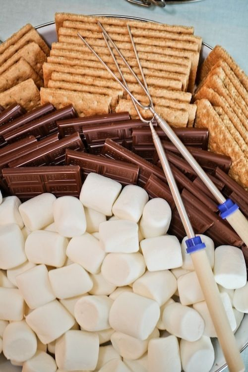 A must-have for every camping party - s'mores!Themed Birthday Parties, Theme Birthday Parties, Bonfires Parties, S'Mores Bar, Make Time, Parties Ideas, Camps Parties, Camps Theme, Summer Cookouts