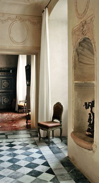 Alcoves, moldings, high ceilings, old textured floors: a house in Provence, France.
