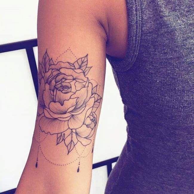 Tatouage de Femme  Tatouage Fleurs Noir et gris sur Épaule !