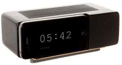 Jonas Damon`s Alarm Dock frisker opp hukommelsen til oss som vokste opp på 70-tallet. Kjøp en Flip Clock App fra iPhonen din eller iPod Touch og du har en Alarm Dock . Du kan i tillegg trekke ladeledningen til din iPhone gjennom Alarm Docken, så du lader opp enheten i docken. Fyr opp app`en, plugg i iPhonen i docken, og våkne hver morgen som om det er 1972 igjen.L 17 x D 8,9 x H6,3cm, 3 Kg, lakkert tre. Passer best til iPhone 4 :)    Leveres uten iPh...