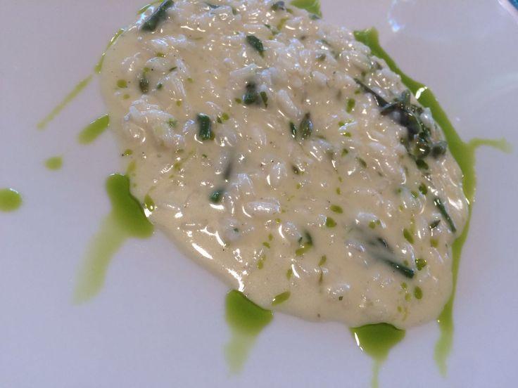 Il nostro chef Ivano oggi propone un profumatissimo risotto agli asparagi ed erbe aromatiche.