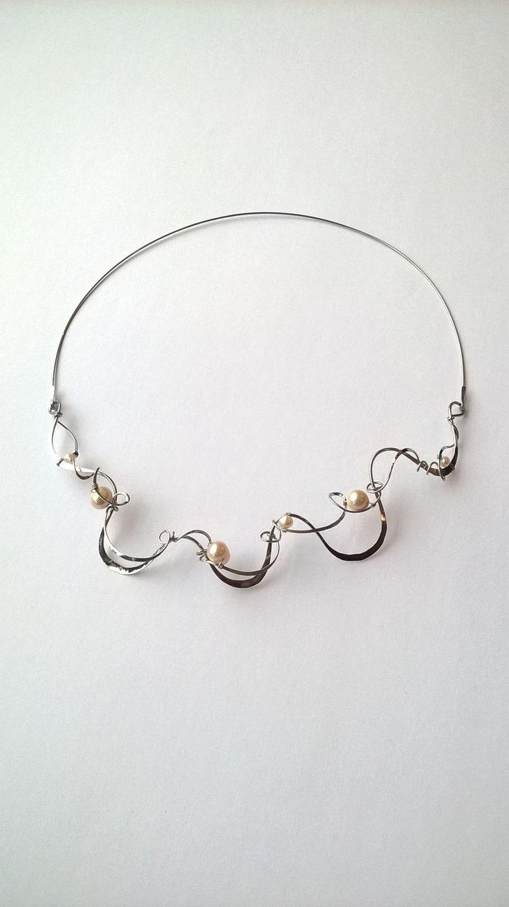 """Náhrdelník+HRD26+""""Ve+vlnách+pohlazen+perlami""""+Autorský+šperk.+Originál,+který+existuje+pouze+vjednom+jediném+exempláři.Vyniká+svou+lehkostí,+kouzelným+prostorovým+tvarem+a+elegancí+čisté+linie.+Nevšední+řešení+s+perlami+poutá+pozornost,+ale+není+okázalé,+díky+čemuž+se+tento+šperk+hodí+ke+každé+i+každodenní+příležitosti.+Různorodý+prostorový+tvar+snese+i..."""