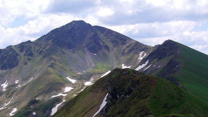 Varful Inau ( Muntii Rodnei) O călătorie virtuală prin Maramureş - galerie foto. Vezi mai multe poze pe www.ghiduri-turistice.info Sursa : http://ro.wikipedia.org/wiki/Fișier:Rodnei-5.jpg