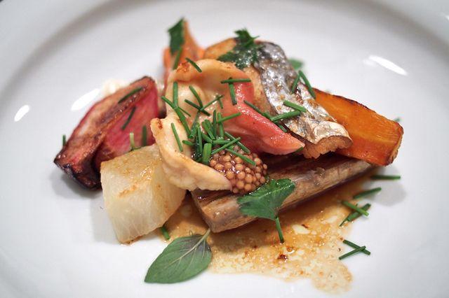 「青山Esaki」北寄贝与三重鰆鱼野菜风。2014米其林★★★ 主厨江﨑新太郎的料理极富个性。追求自由奔放,超越传统料理法的个性料理。体验日本新派料理的话,在此可以获得超值的满足感。