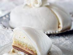 Bröllopstårta med rabarberkompott och chokladtryffel är både vacker och god. Sugarpasten som täcker tårtan kan bytas ut mot vit marsipan.
