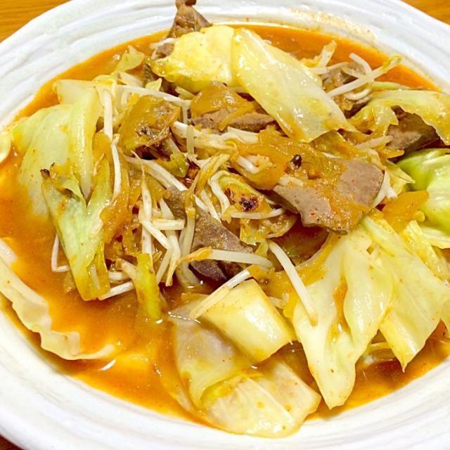 こちらも、日曜に作ったレバー煮をリメイク 汁を捨てて、レバーと玉ねぎをキャベツをお供に必殺の中華鍋で炒めました  味付けは、塩こしょうとキムチの素で。  元々が味噌味なので、キムチを入れたら豚キムチのような味になりました - 78件のもぐもぐ - レバニラ炒め…豚キムチ風⁉️ by 風流料理人
