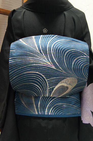 ロイヤルディープブルーに孔雀の羽美しい袋帯 - アンティーク着物/リサイクル着物のオンラインショップ ■□姉妹屋□■ 深い海の底のような青に、シャンパンゴールドやシルバー、フロスティピンクなどのラメ糸で織り出された繊細で優美な孔雀の羽の装飾模様が美しい袋帯です。