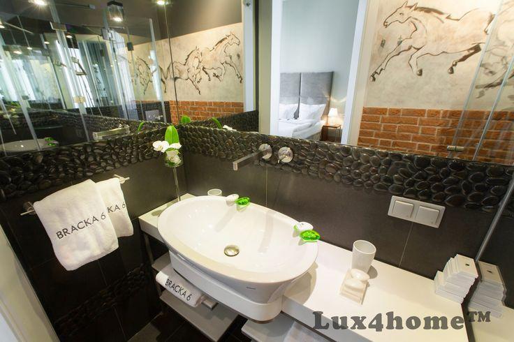 Kamień dekoracyjny na ścianie. Otoczaki od Lux4home™. Białe i czarne kamienie w formie dekorów... Zlokalizowane na ul Bracka 6 w Krakowie.