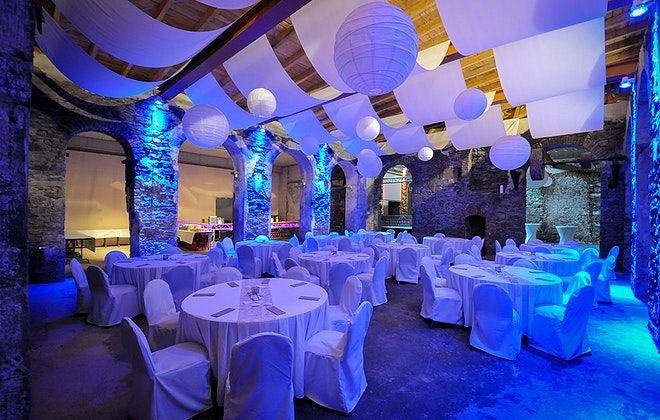 Gemauertes Gewölbe, einladende Steinfassaden und optimale Beleuchtungstechnik. Die Alte Schlossfabrik #Solingen ist ein wahres, historisches Glanzstück! #OLAW #OneLocationAWeek #business #wedding #eventlocation #team