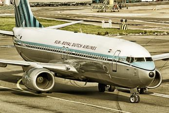 "KLM Boeing 737-8K2 PH-BXA ""Zwaan / Swan"" at Amsterdam-Schiphol, October 2016. Retro Jet livery celebrating the airline's 90th birthday. (Photo:  Robert Hubach)"
