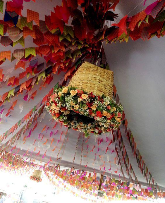 Decoração de São João. Tecidos coloridos e trajes típicos. O arranjo central foi feito dentro de um chapéu de palha. Luminária feita com cesto de palha e flores para Almoço de sexta | Arquitetura, Decoraçāo, Lifestyle e Viagens