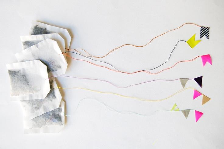 witzige idee teebeutel werden mit masking tape zu fliegenden drachen an deiner wand. Black Bedroom Furniture Sets. Home Design Ideas