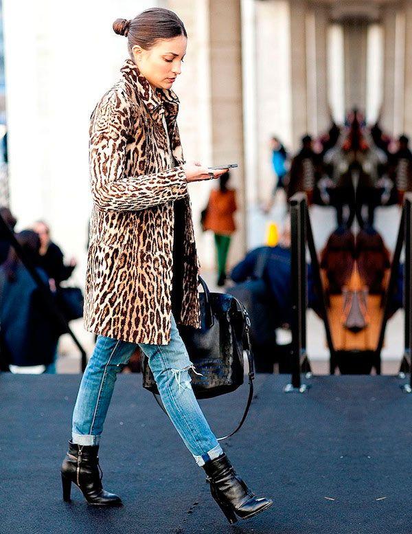 Calça cropped, ou com a barra dobrada, com botas de cano médio: as ankle boots pedem calças que as deixem brilhar, e não as escondam por baixo da barra.