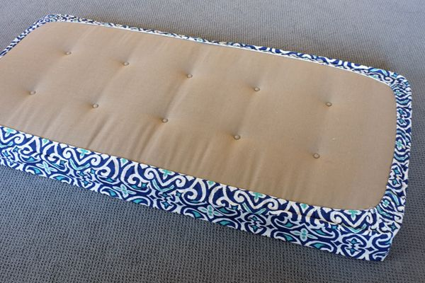 exactly what i've neen looking for: DIY Removable Tailored Day Bed Cover
