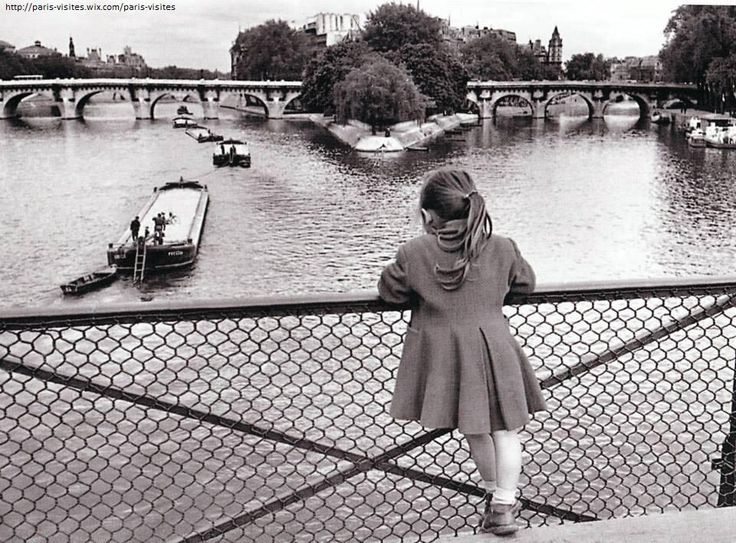 La petite fille du Pont des Arts... il y a longtemps (1954) ©E.Boubat #Paris #France #photo http://paris-visites.voila.net