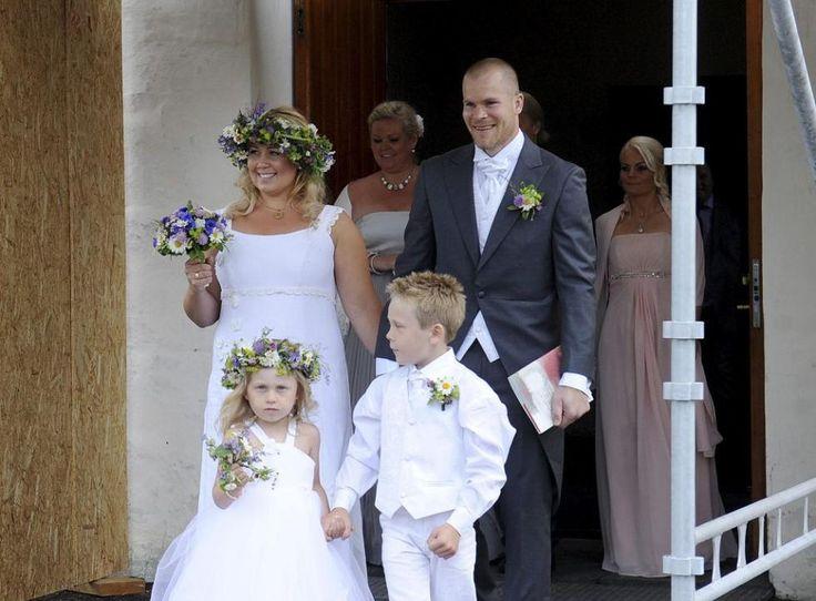 Gratulerer til landslagsmålvakt og Molde-målvakt Espen Bugge Pettersen med giftemål! Espen har på seg moteriktig grå sjakett fra Nordavind og vest/tilbehør fra Zlixx, handlet hos Sjuls Design - Brudesalongen i Tønsberg som også har designet brudekjolen.  http://tb.no/sport/na-er-n-gift-1.7413523