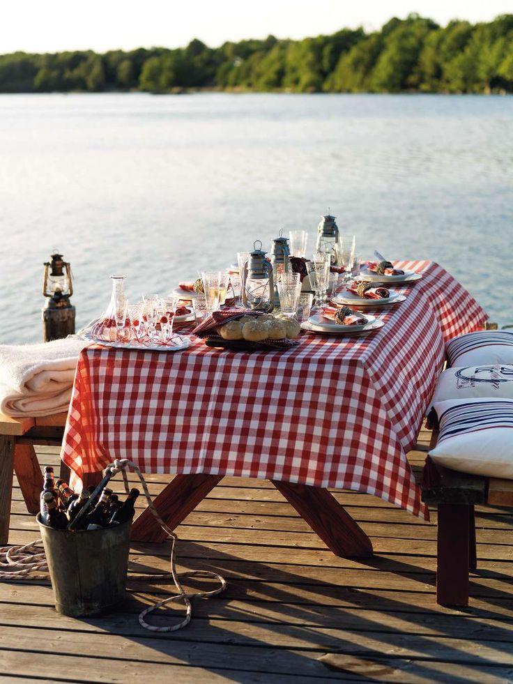 Än har vi ljuvliga sensommarkvällar, passa på att duka upp till kräftfest på bryggan!