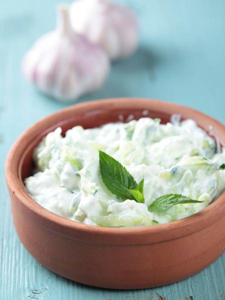 Tzatziki ist eine griechische Vorspeise aus Joghurt, Quark, Gurken, Olivenöl und Knoblauch.