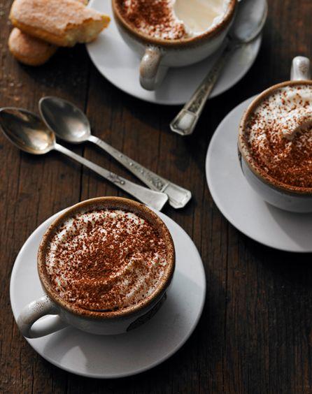 Café caliente con una capa de canela molida