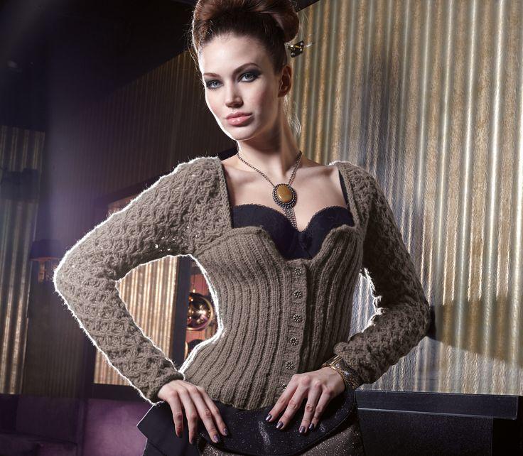 Es ist endlich Wiesn-Zeit. Da die Nächte kälter werden haben wir hier die Anleitung für eine gestrickte Damen-Trachtenjacke aus Merino-Wolle für euch.