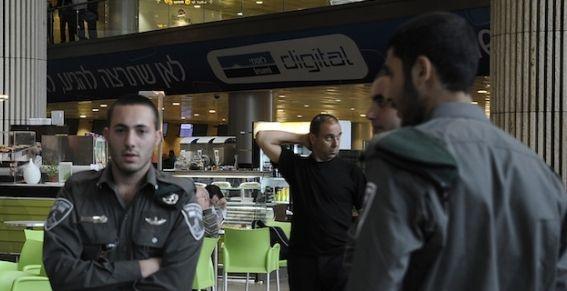 Israël : en plus des valises, les touristes montrent aussi leurs emails. Les services de sécurité israéliens de l'aéroport de Tel-Aviv sont désormais autorisés à accéder aux courriers électroniques des touristes. En cas de refus, les autorités auront le droit d'interdire l'entrée des voyageurs en Israël.