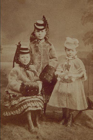 J. Böttinger, Plzeň: Sestry v zimním oblečení, kolem 1870. zdroj: Scheufler cz