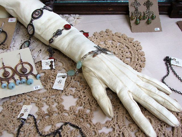 ❥ A stuffed glove for jewelry display~ {stuff with rice for best results) ...