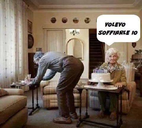 Foto Divertente: Anziano spenge le candeline della moglie con una puzzetta