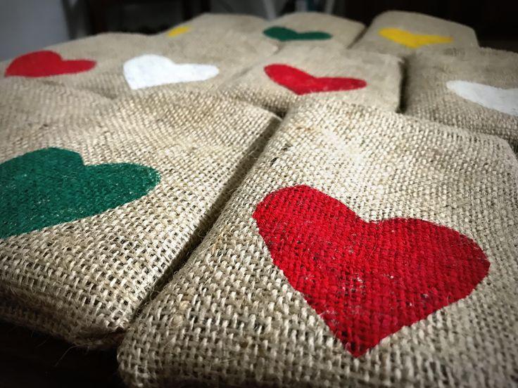 Bolsitas de Arpillera 12x15 con corazon estampado #souvenirs #arpillera #bolsas #rustico #tela #vintage #handmade #cumpleaños #recuerdos #estampa #arpillerapintada #casamientos #fiestasde15