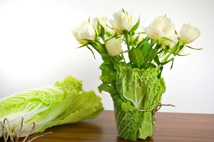 Chinakohl als Blumenvase. Einfach 1-2 Chinakohlblätter mit einer Kordel um ein Wasserglas binden. Wasser und schöne Blümchen rein - fertig ist eine wirklich einfache und ausgefallene Tischdekoration.