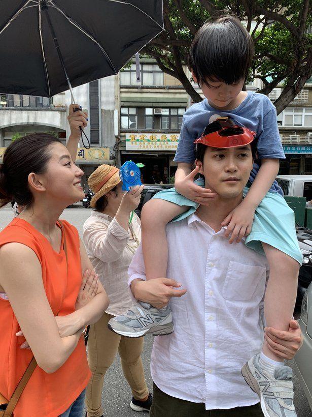 ザテレビジョン芸能ニュース 画像 写真を見る 物語のキーポイントとなる少年を肩車する白石隼也 ニュース ドラマ 初台