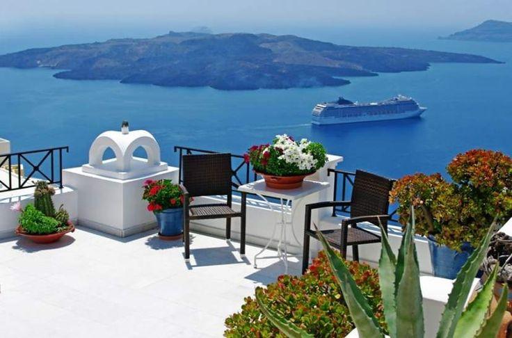 ¿Alguna vez has escuchado hablar de las fascinantes Islas Griegas? Imagino que sí y en más de una ocasión. Grecia es un país donde predominan las islas con vistas panorámicas que dejan sin aliento a cualquier persona; con maravillosos destinos turísticos y paisajes deslumbrantes que dejan recuerdos fabulosos en la memoria. La mejor manera de deslumbrarte con estos paisajes es a bordo de un crucero por el mediterráneo. Entre islas más visitadas se encuentran Corfú