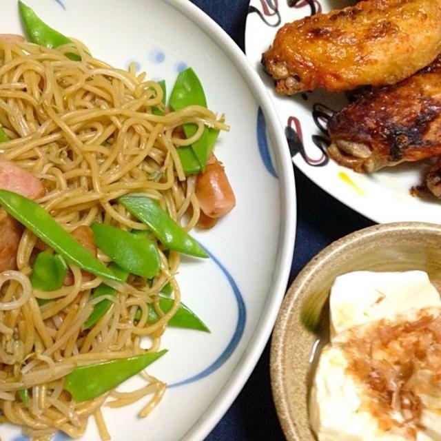 今日の夕飯は、こんな感じになりました。 - 13件のもぐもぐ - 焼きそば・手羽先・豆腐… by tomo