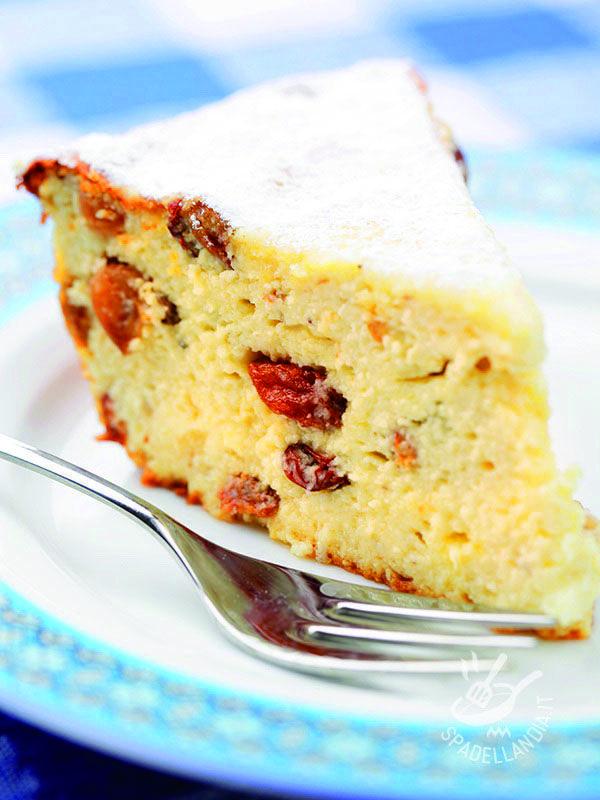 Questa torta è un tripudio di delicatezza, sapore e sofficità. Elegante e raffinata, può essere arricchita con salse e creme diverse di accompagnamento. #tortadiricotta #tortaricottaeuvetta