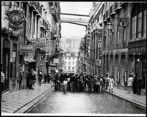 Concentração na Rua do Carmo. 25 de Abril de 1974. Estúdio Horácio Novais.