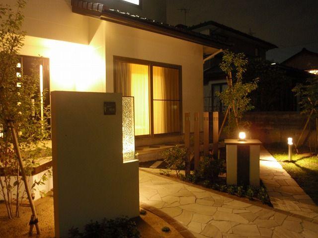 あたたかく、やわらかな光がここちよい。夜も安心して歩ける照明空間。 #lightingmeister #pinterest #gardenlighting #outdoorlighting #exterior #garden #light #house #home #warm #soft #pleasant #peaceofmind #lightingplan #lightingspace #entrance #あたたかい #やわらかい #ここちよい #安心 #ライティングプラン #照明空間 #家 #庭 #エントランス #玄関 #光 Instagram https://instagram.com/lightingmeister/ Facebook https://www.facebook.com/LightingMeister