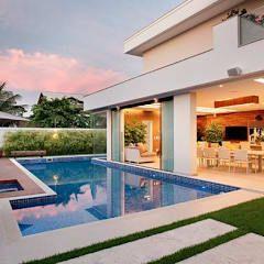 moderner Pool von Carmen Mouro - Arquitetura de Exteriores e Paisagismo