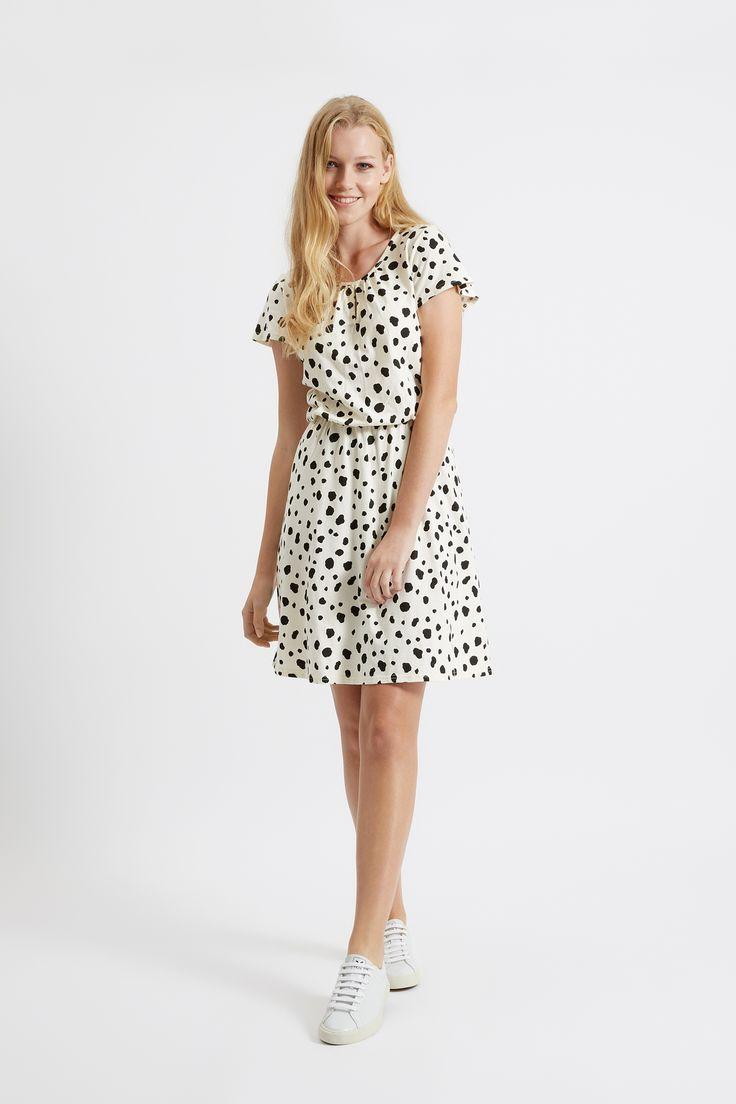 Krémové šaty s dalmatýnskými puntíky.