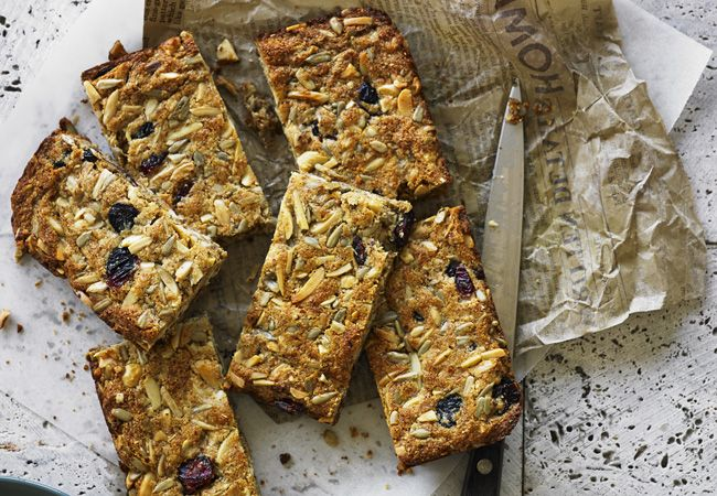 Healthy homemade breakfast bars with flaxseeds, sunflower seeds and almonds. Get the recipe here and boost your energy levels! :)