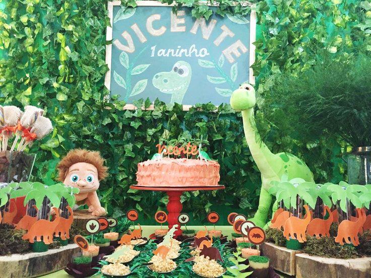 Tema para festa: O Bom Dinossauro - O filme da Disney acabou de chegar ao Brasil e já virou tema de aniversário. Tons de verde e laranja marcaram o primeiro aninho de Vicente. A decoração é da Assessorie Eventos (SP).