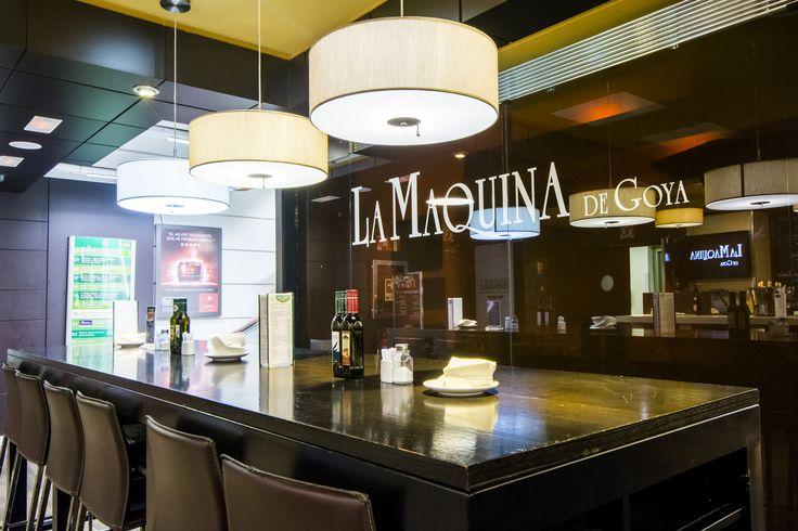 Detalle de mesas altas en la zona de la barra de La Máquina de Goya en el Gourmet Experience de El Corte Inglés.