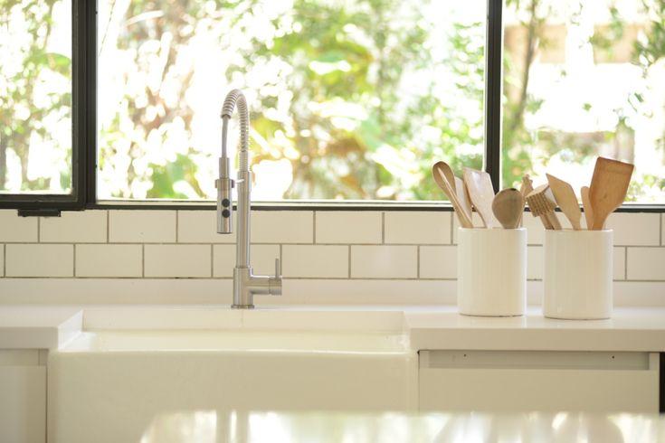 Home - Revista Tigris Sink, Home Decor, Big Doors, Deco Cuisine, Home Workshop, Kitchen Built Ins, Houses, Indoor Plants, Home