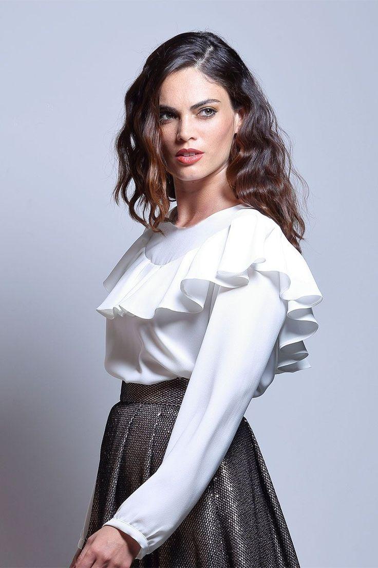 Blusa blanca con volante que rodea el pecho, los hombros y la espalda.   #blusas #blusasblancas #blusaselegantes